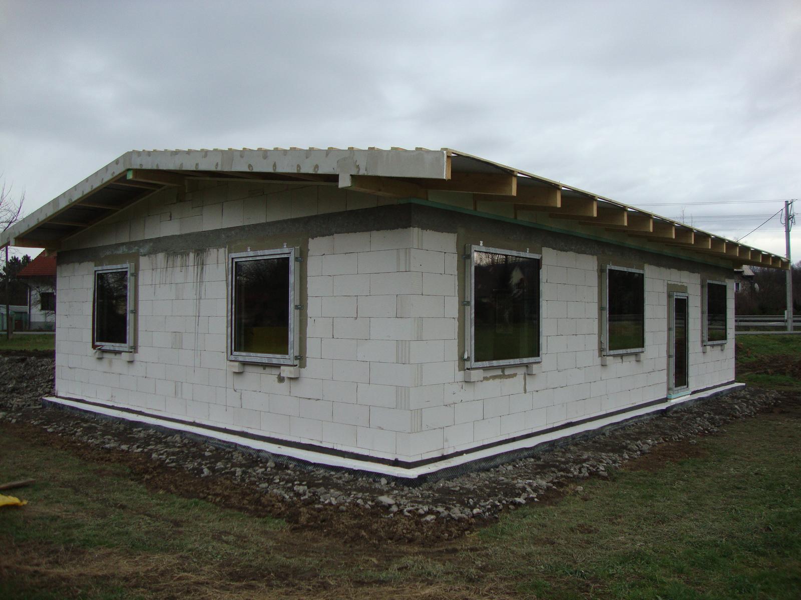 Efektivní bydlení - 3 fixní okna na jih 170x150, oknaři použili jedinou 1mm podložku pod okno