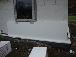 první vrstvu v rizikových místech (kolem oken a rohu) ukotvím, druha vrstva eps kotvy schová a překryje všechny mezery