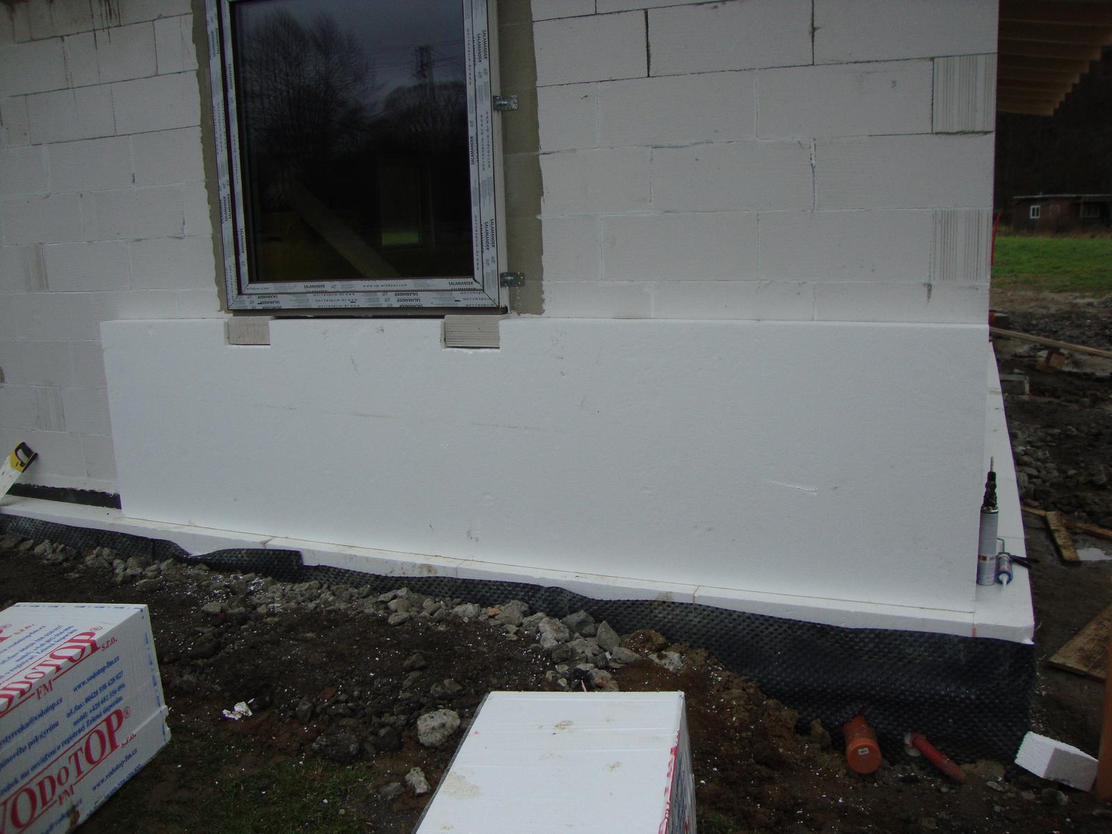 Efektivní bydlení - první vrstvu v rizikových místech (kolem oken a rohu) ukotvím, druha vrstva eps kotvy schová a překryje všechny mezery