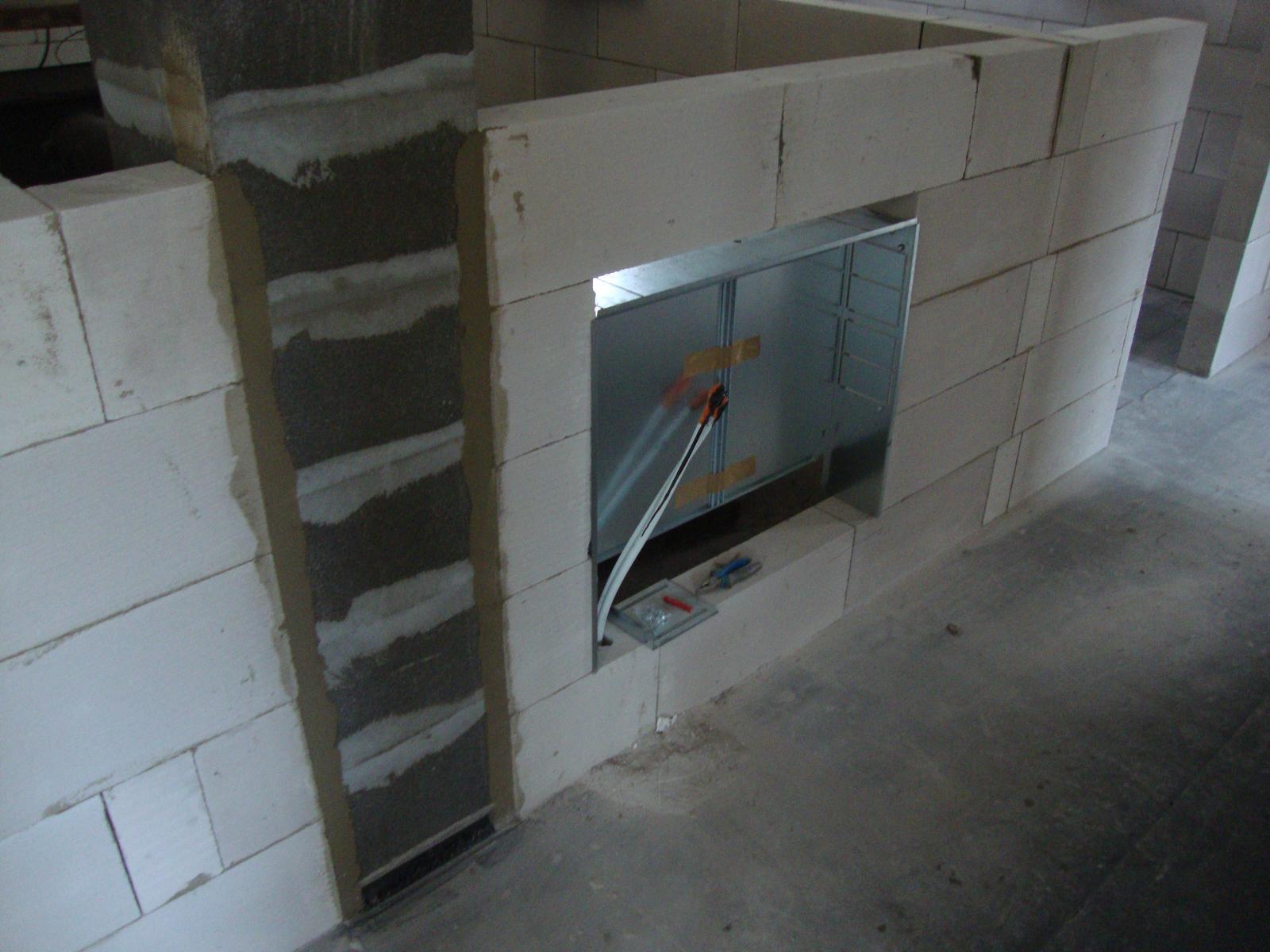 Efektivní bydlení - Rozdělovač na podlahové topení, dvířka budou do chodby