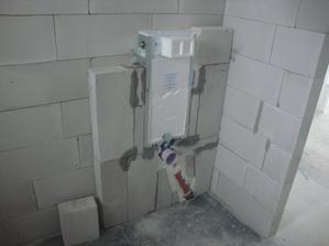 abych se zbavil cihel tak jsem namontoval wc a zazdil. je dobré to cele zaklopit SDK (nalepit na zuby) srovná se to a nádržka na vodu se zpevní