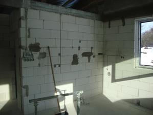všechno tahám stropem, průchod přes strop bude možný i po namontovaném sdk díky husím krkům v urovni věnce, v chodbě bude thermatexový strop odkud se pujde dostat do kterékoli místnosti.