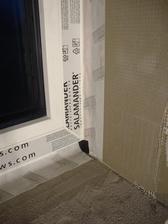 Folie z pulky nalepená až do drážky co je ze spodu okna. parapetní profil má těsnění ve spoji k okenímu rámu ale nespoléhám na to