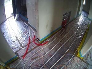 500m trubek, já a topenář 4hodiny práce včetně zapojení a uložení poslední vrstvy a folie v chodbě.