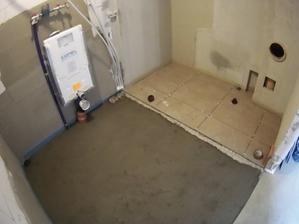 dlažba zatím jen pod akumulačkou a kotlem, podlaha spádována do rohu kde je podlahová spusť
