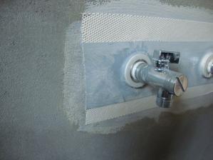 takto nezateče do stěny i když praskne vsuvka nebo závit baterie