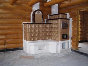 Ťažká akumulačná kachľová pec - v peci je zabudovaná rúra na pečenie a teplovzdušný výmenník ( vykuruje miestnosti na poschodí )