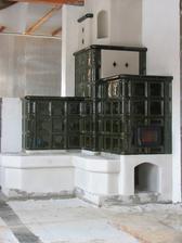Ťažká akumulačná pec s teplovzdušným výmenníkom ( vykuruje miestnosti na poschodí )