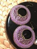 fialové náušnice,