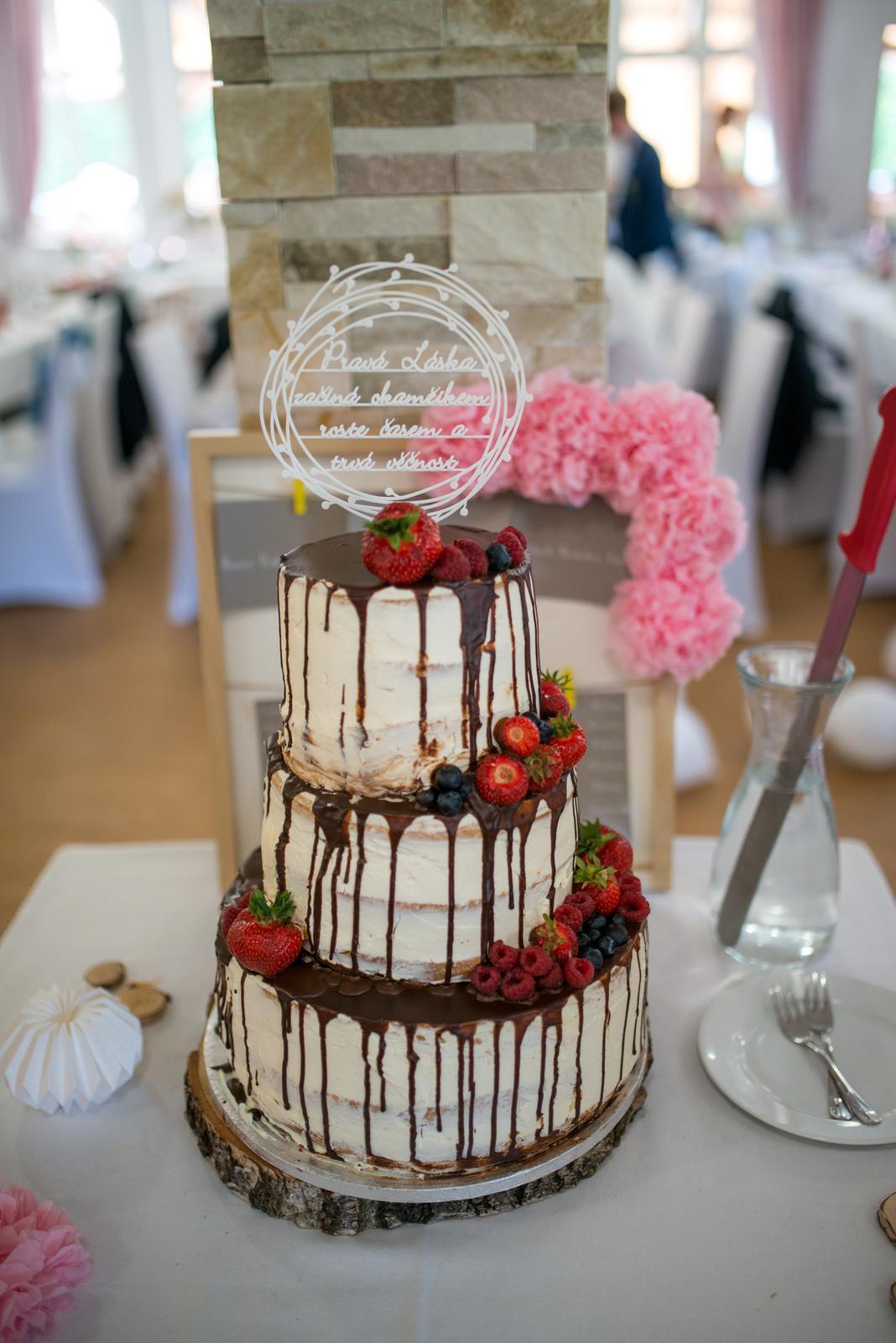 Klára{{_AND_}}Daniel - Náš vynikající dortík. Mascarpóne a jahody, maliny a borůvky.