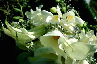 nádherná kytica s našimi obrúčkmi