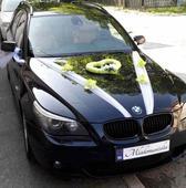 Zeleno-biela výzdoba na svadobné auto,