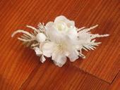 23. Biela kvetinová sponka do vlasov,