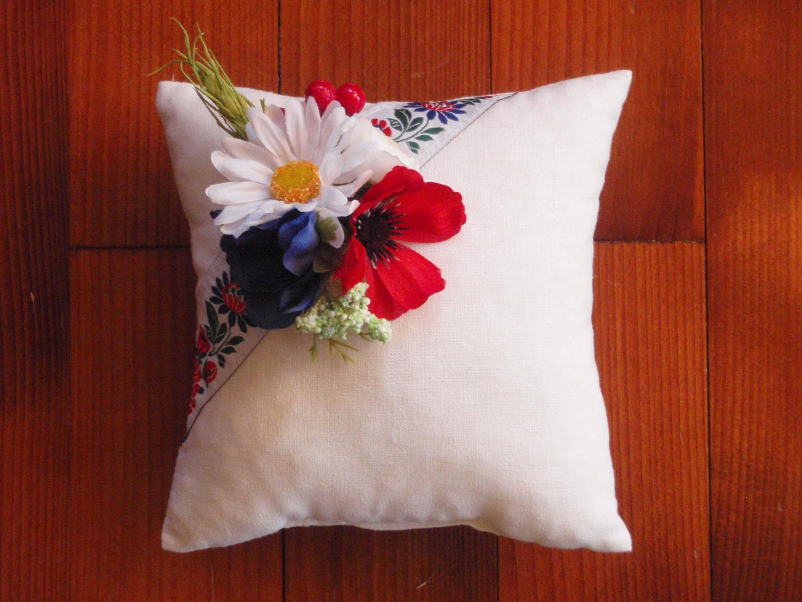 127. Folklorny vankúšik s kvetmi - Obrázok č. 1