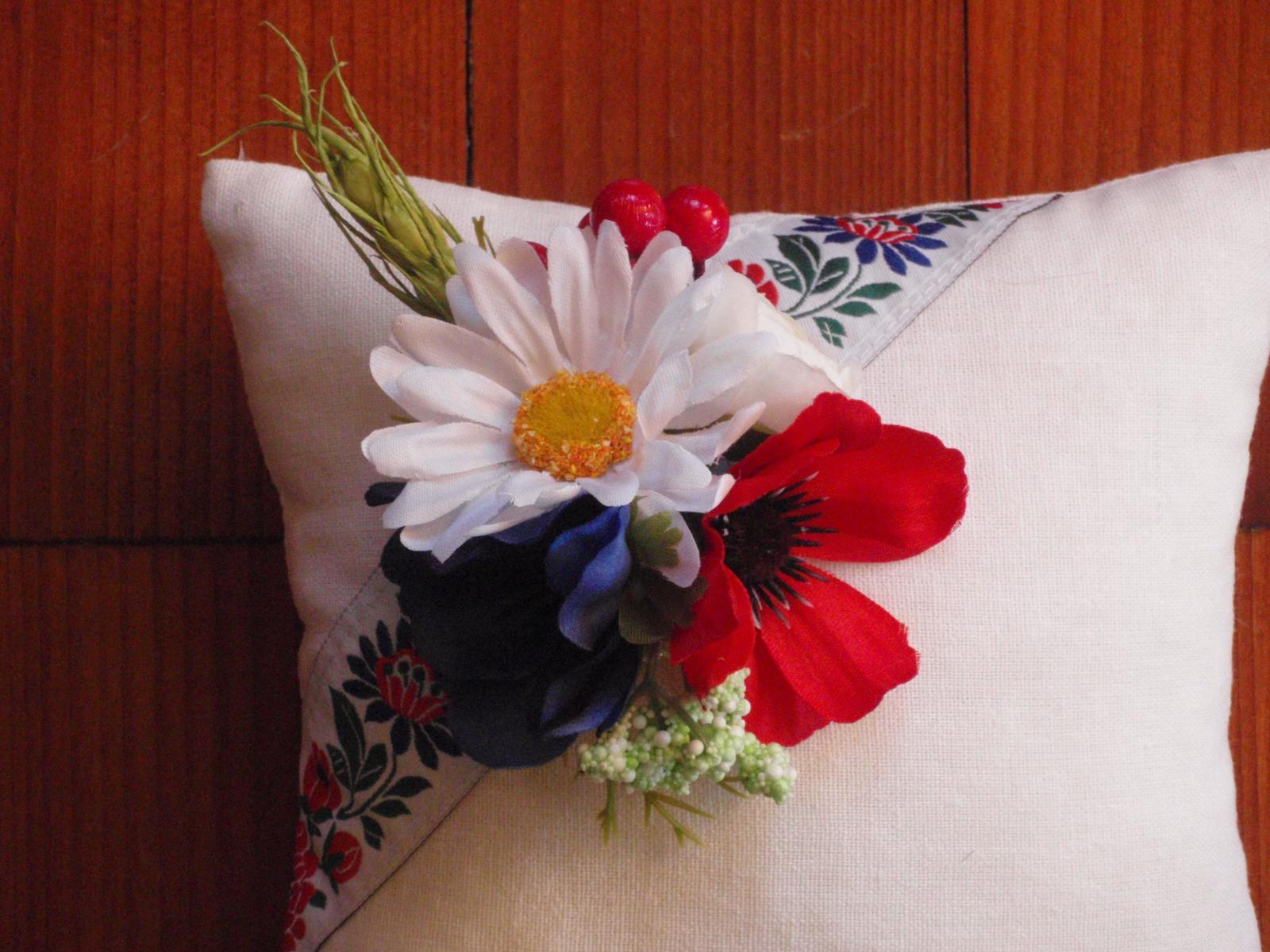 127. Folklorny vankúšik s kvetmi - Obrázok č. 2