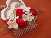 194. Červeno- biely hrebienok s ružičkami,