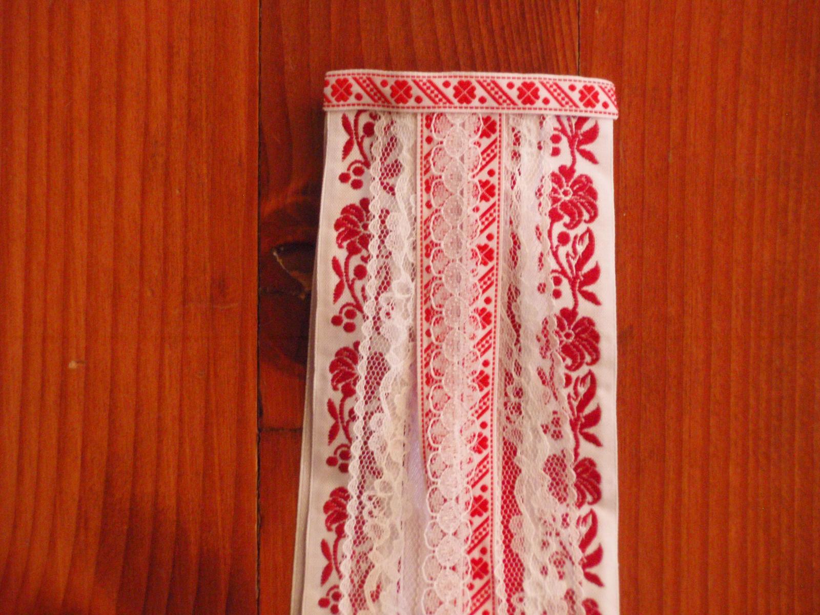 203.Folklorny hrebienok červenobiely s čipkou 50cm - Obrázok č. 2