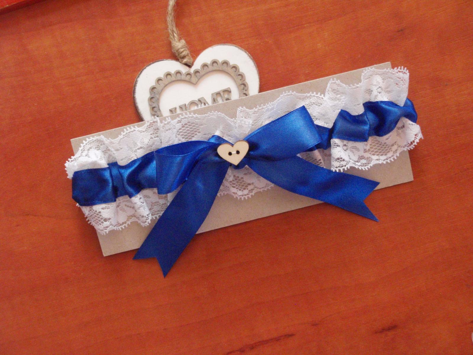 229. Modrý svadobný podväzok s dreveným srdiečkom - Obrázok č. 1