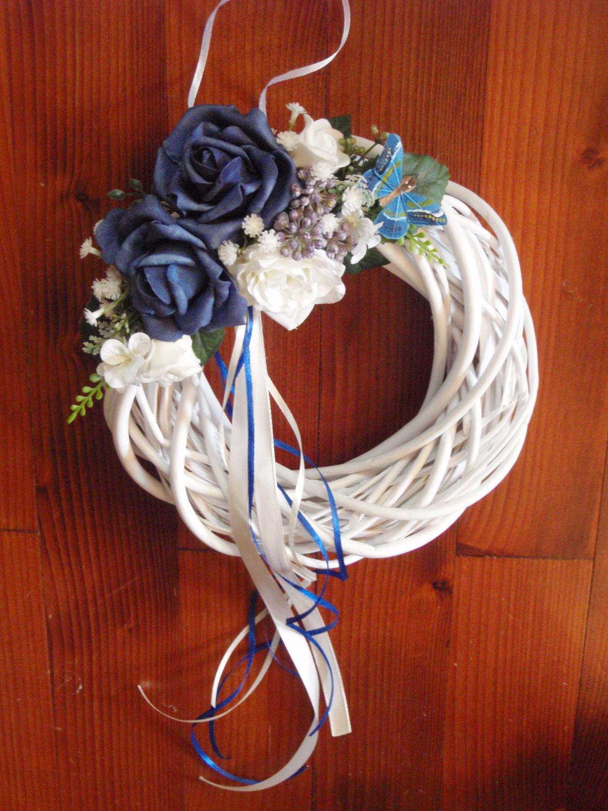 298. Venček s tmavomodrými ružami s motýľom - Obrázok č. 1