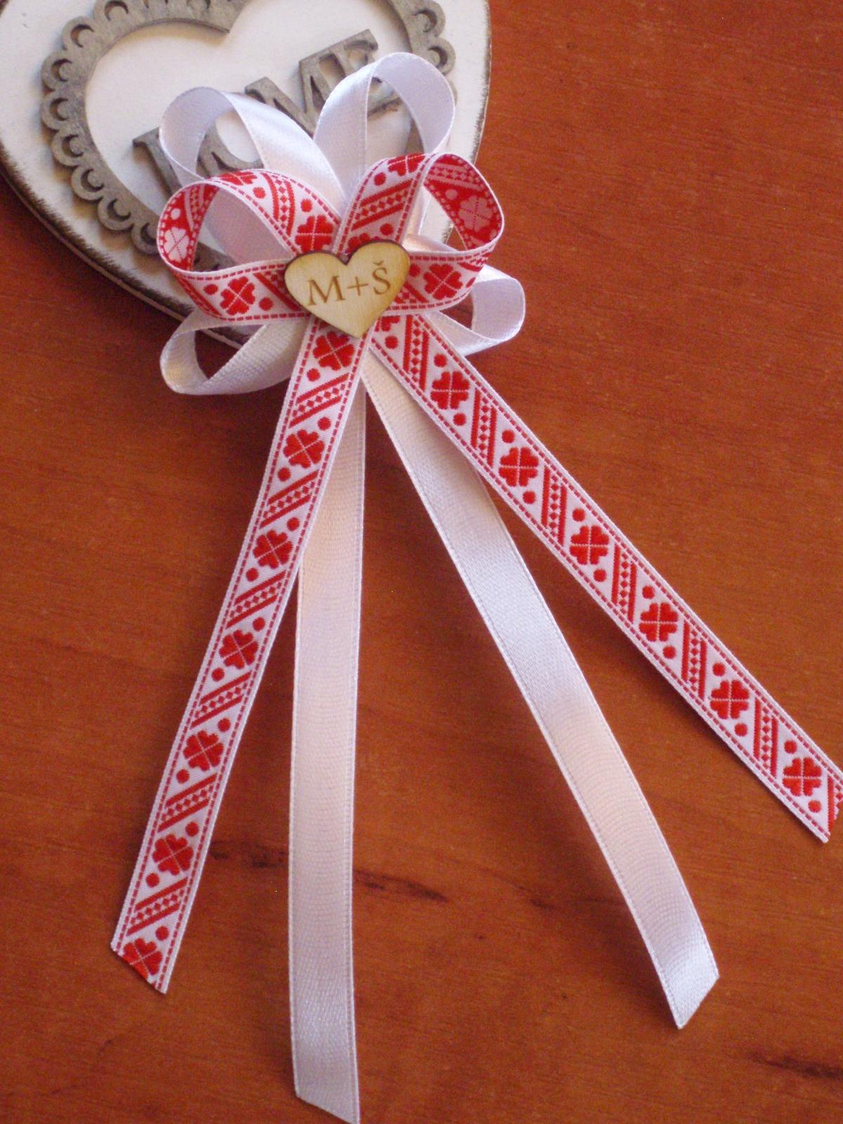 319. Folklórne veĺké pierka v červenom s iniciálmi - Obrázok č. 1