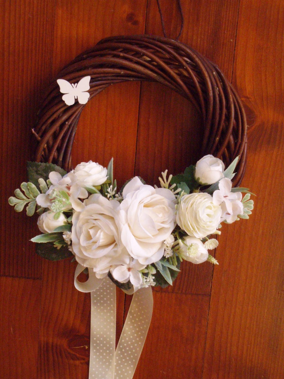 324. Tmavý veniec s ivory ružami a mašľou - Obrázok č. 1