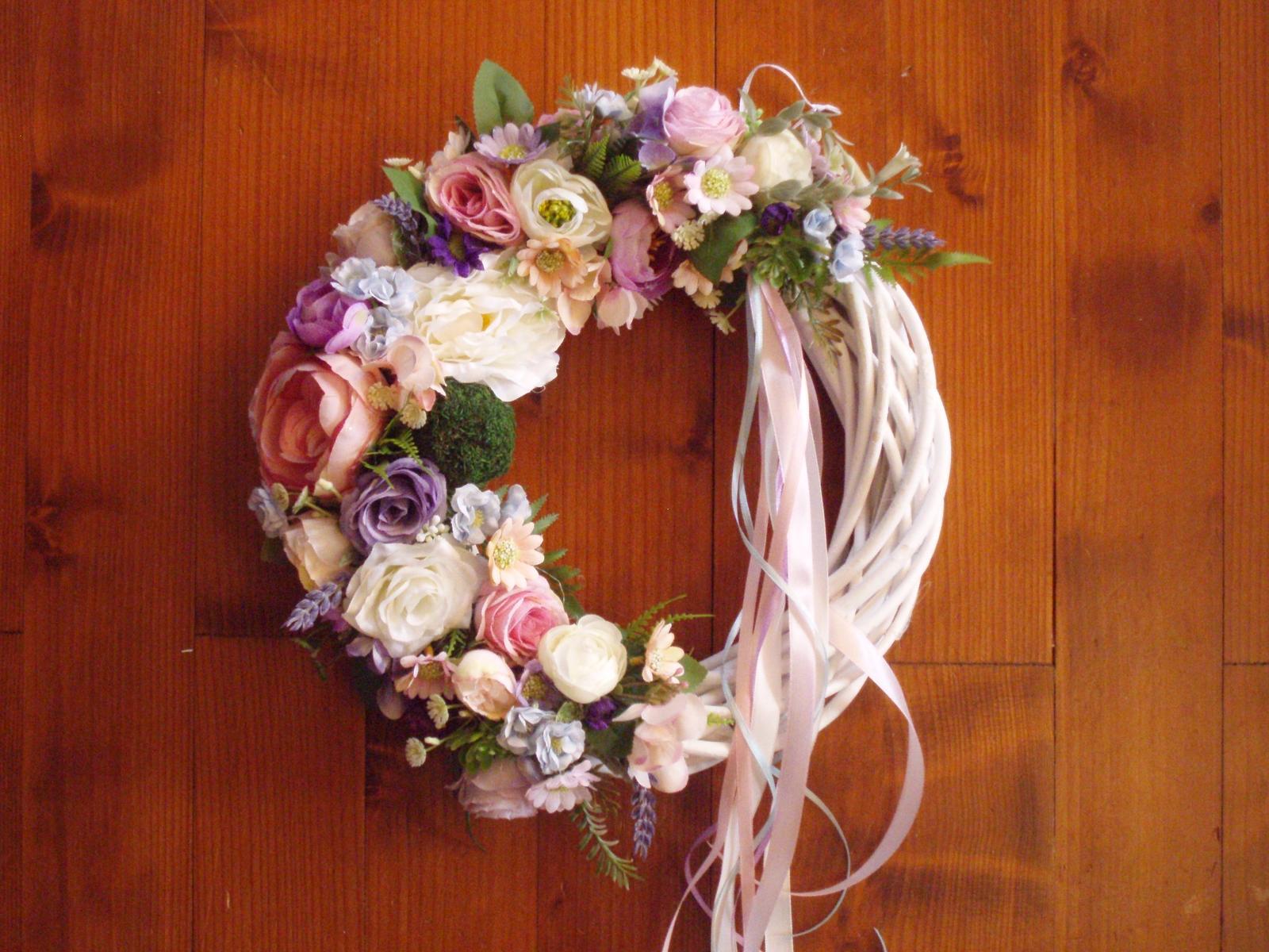 341. Kvetinový veniec so stuhami 33cm  - Obrázok č. 1