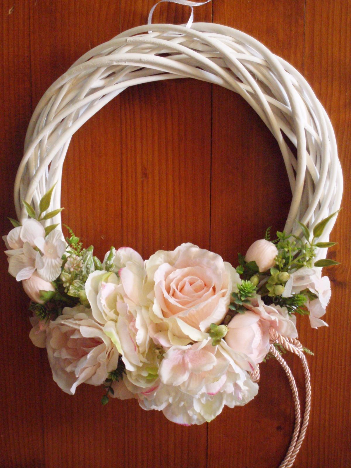 362. Jemne ružovo-biely veniec s mašlou 33cm - Obrázok č. 1