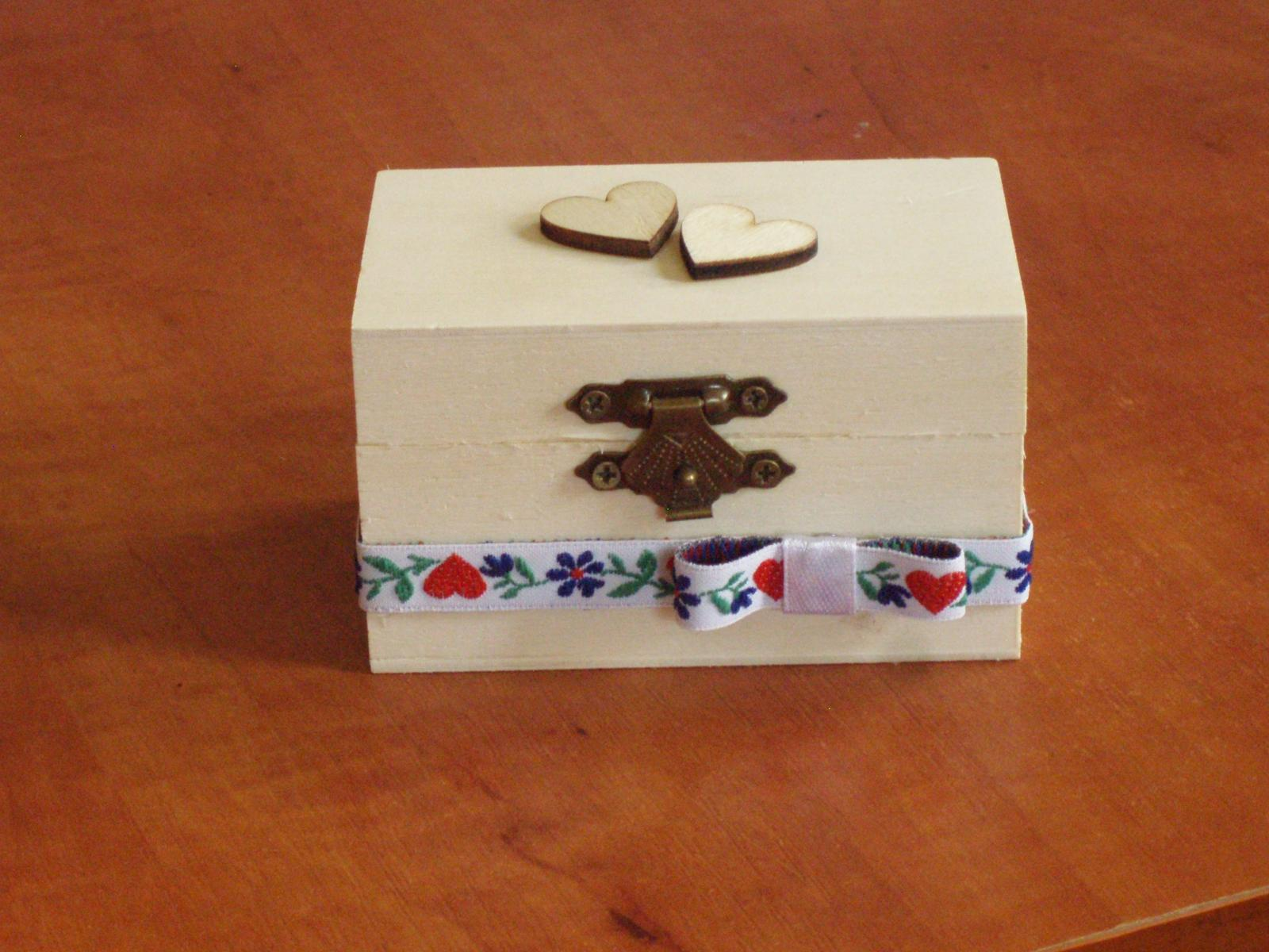 435. Drevená folklorna škatuľka na obrúčky - Obrázok č. 1