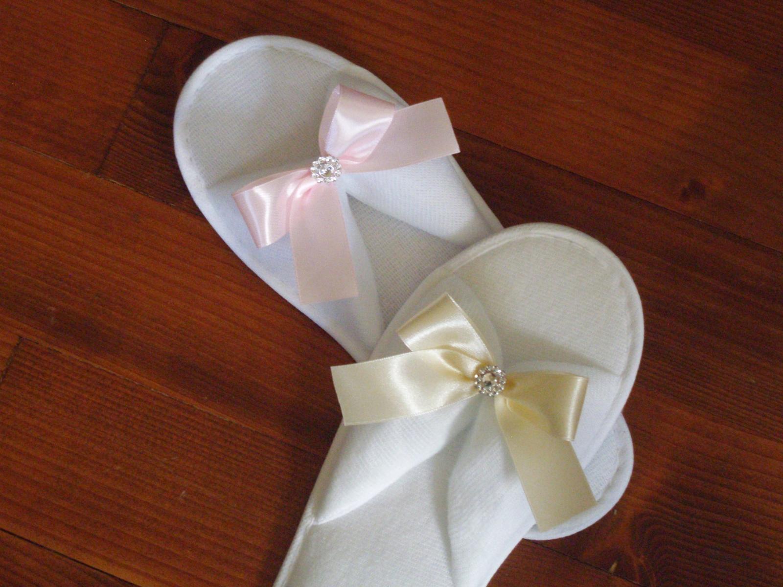 436. Svadobné papuče s mašľou a štrasovou ozdobou - Obrázok č. 1