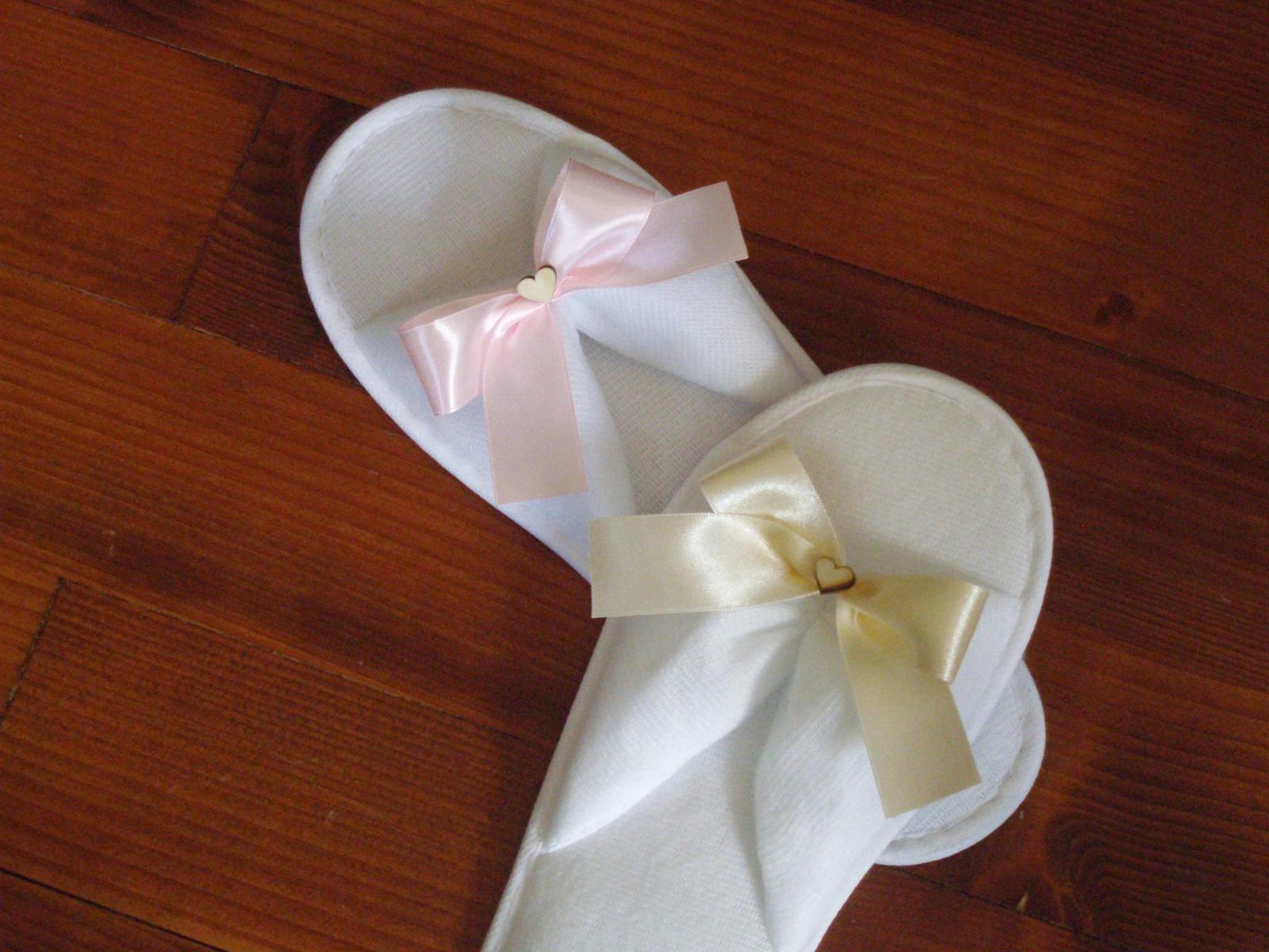 437. Svadobné papuče s mašličkou a dreveným srdcom - Obrázok č. 1