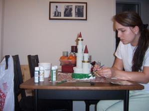 podstavec na dort jsem nakonec dodelala ja a trvalo mi to dva tydny. Jeste ze muzu malovat obouma rukama :)