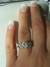 muj zasnubni prstynek na ruce. je vyrobeny z  platiny :)