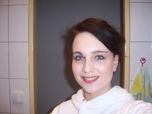 make up byl hodně světlý. Na svatbu použiji tmavší