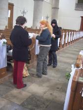 zdobeni kostela den pred svatbou