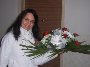moje svatebni kytice na auto s myskou nevestou