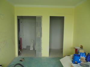 Pohled v ložnici na budoucí dveře a šatnu