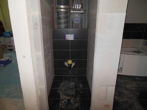 Záchod...ještě se musejí udělat dvířka na schování stoupaček :)