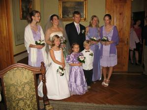 naše fialová svatba - krásné drůžičky a my