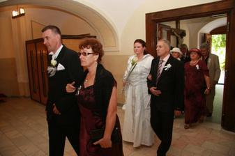 a už sa vchádza do kostola. Michal s mamou a ja s krsným