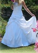 Svatební šaty s jedinečnou výšivkou, 40