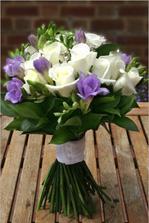 Tak to vypadá na tuto kytici, a pro snoubence jednu růži a jednu frésii.