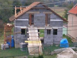 Konštrukcia krovu je hotová, do štítu sme domurovali.
