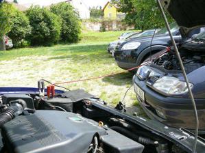 Naše vlastní autíčko bylo zmožené předsvatebními přípravami a odešla mu baterka. Tak musel Jarek natáhnout startovací kabely z našeho pujčeného svatebního autíčka