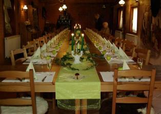 naše tabule, na stole jsou vázy s 1zelenou růží, bílé svíčky se zel. organzou, jmenovky z jablíček, čokoládky a ubrousky se stejným motivem jako na oznámení....