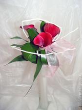 Tahle kytka je všude na internetu uváděno jako pro maminky a svědky, mě by se líbila i jako svatební.
