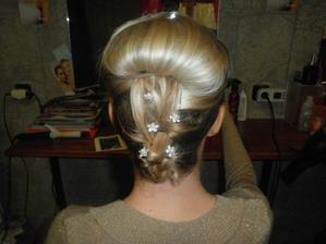 ... a zezadu... je to jen nákres:-)... na svatbu to bude vypadat upraveněji a sponky schováme:-)