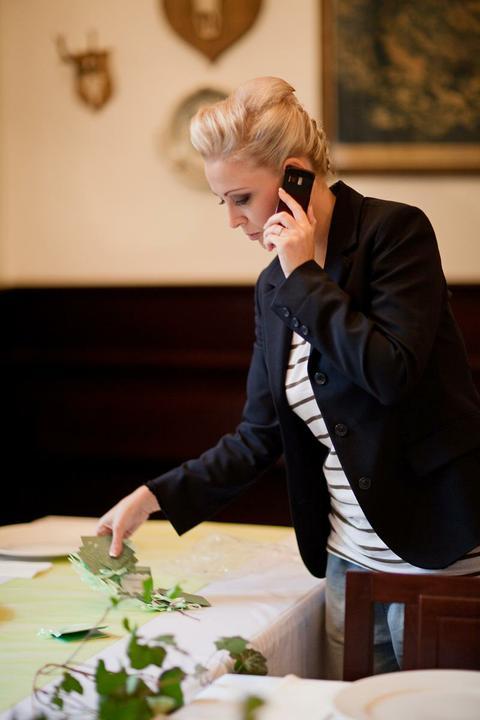 Aneta Chmelová{{_AND_}}Honza Hašek - Nevěsta připravuje výzdobu v restauraci..