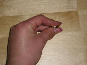 Detajl dámského prstýnku.
