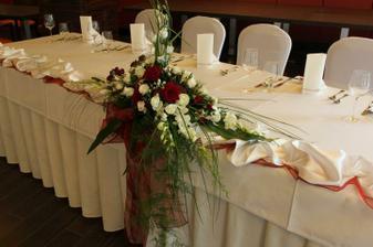 Vhodná kytica na svadobný stôl