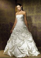 Takto vyzerajú moje šaty na modelke :)